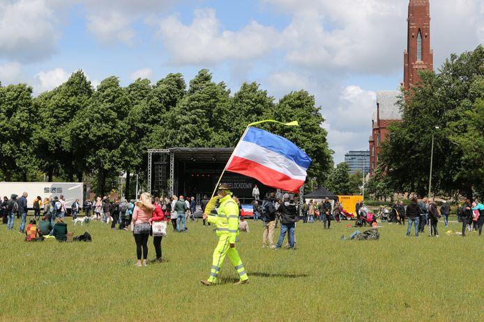 De demonstranten op het Malieveld willen dat de coronamaatregelen worden teruggedraaid.