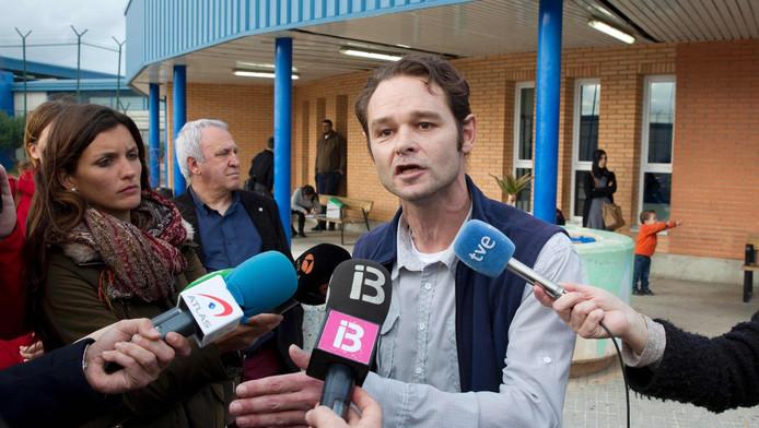 Romano van der Dussen staat de media te woord na zijn vrijlating.