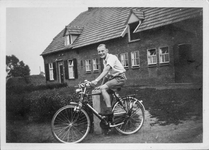 Willie reed ook op de fiets naar Nuland, hier in 1955.