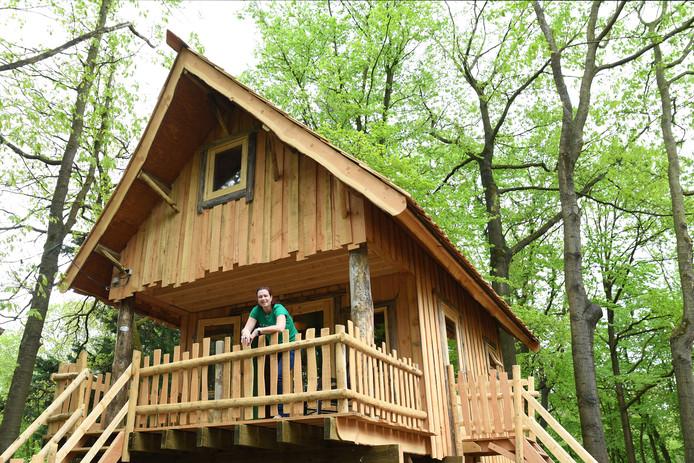 Nicole van de Sande van Camping D'n Mastendol in Rijen op de veranda van een boomhut met een televisiehoek, keuken en badkamer.