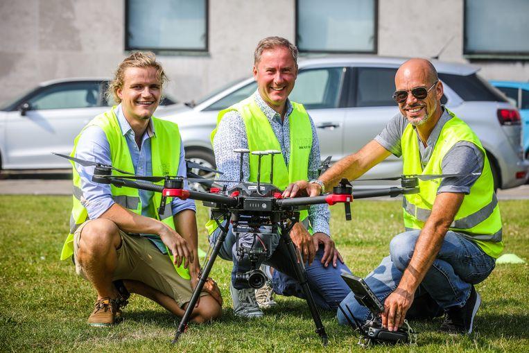 Oostende zet via het bedrijf 'Is it a plane' drones in om meeuwennesten op te sporen: hier Gauthier Bouche, Stefaan Degryse,   en Jeroen Mortier van IIAP.