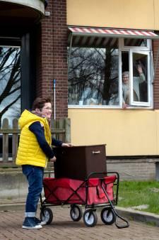 Verstandelijk beperkte Pepijn (11) vrolijkt ouderen op met zijn draaiorgeltje: 'Corona is stom'
