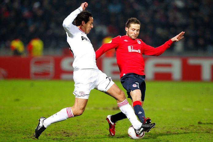 PSV ging in februari 2011 nog op bezoek in Lille, waar het 2-2 werd. Hier zet Otman Bakkal Yohan Cabaye de voet dwars.