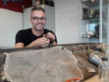 De trots uit arsenaal aan Market Garden-spullen van meester Jasper: schortje voor edele delen