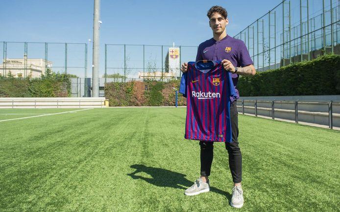 Ludovit Reis poseert in Barcelona met het shirt van zijn nieuwe club.