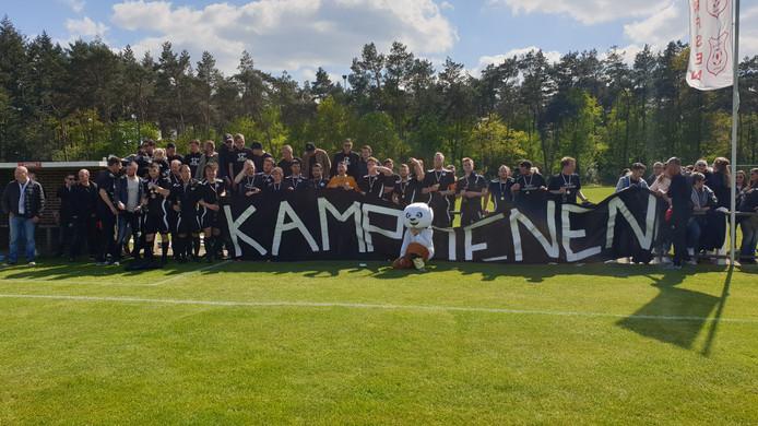De spelers, staf en supporters van Eefde vieren het kampioenschap.