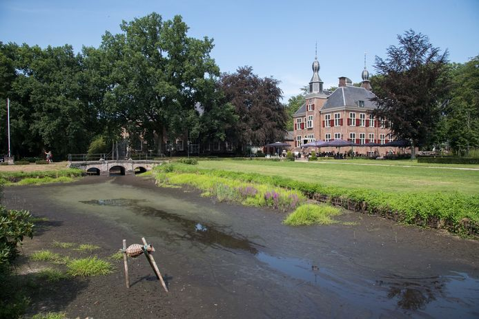 De slotgracht rond Kasteel De Essenburgh in Hierden is grotendeels drooggevallen.