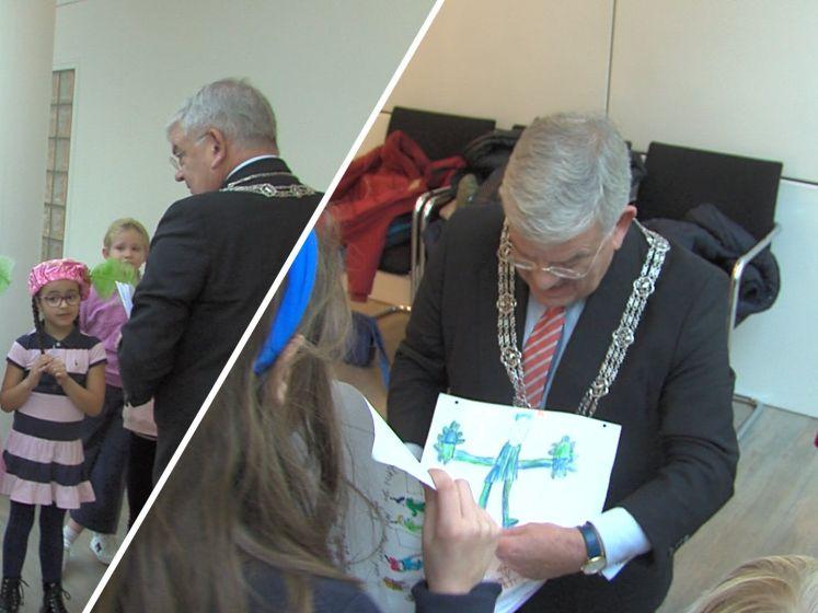 Burgemeester Van Zanen overladen met Sinttekeningen