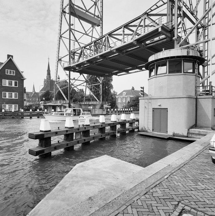 De hefbrug in Boskoop met het brugwachtershuisje.