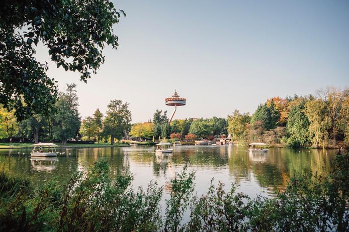 La pagode thaïlandaise du Reizenrijk en arrière-plan: une vue panoramique et une ascension vertigineuse. En avant-plan, les bateaux de Gondoletta, pause reposante du séjour