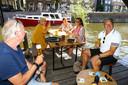 """Pub10 aan de Kortendijk gebruikt een aanlegsteiger aan de Linge tijdelijk als terras. ,,Geniaal"""", aldus eigenaar Junior de Jong."""