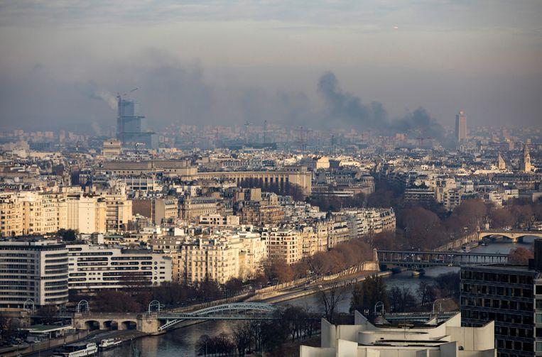 Vervuilde lucht boven Parijs. Frankrijk haalt al jaren de normen voor stikstofdioxide niet.