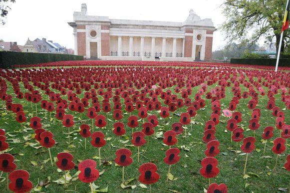 Op het grasplein naast de Menenpoort worden jaarlijks duizenden poppies 'geplant' tijdens de herdenking.