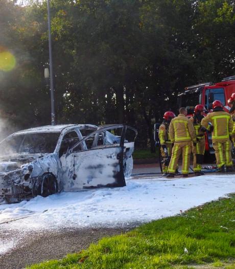 Lexus brandt uit op parkeerplaats 't Haasje aan de A2 bij Maarheze