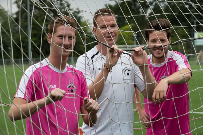 Daan Koerhuis temidden van twee van zijn assistent-trainers, Lars Elshof  en Ricardo Heerink (r).