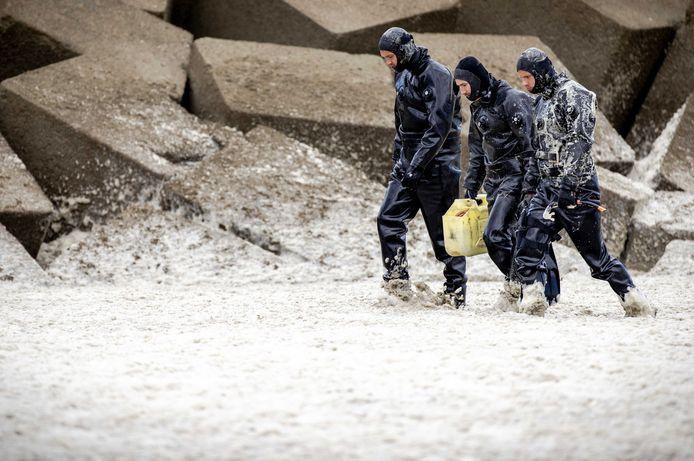 De duikers van Defensie zijn al dagen op zoek naar het lichaam van de overleden surfer.