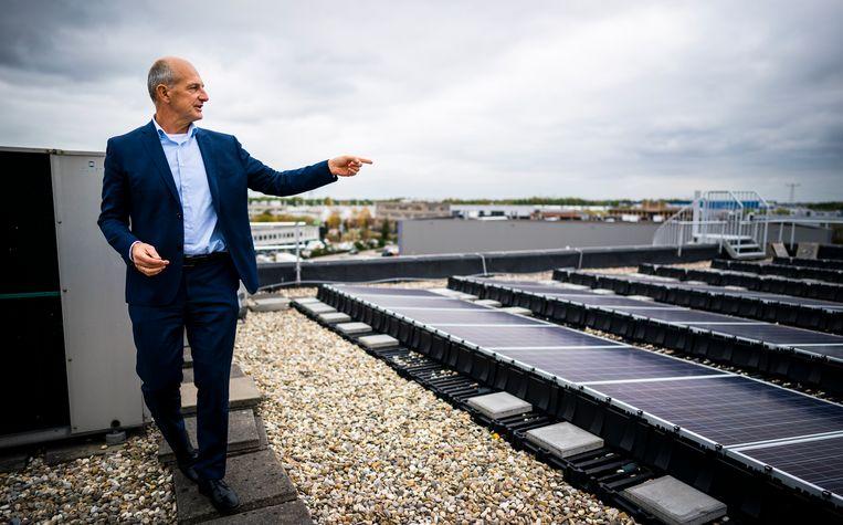 Alex Hesling, directeur van Kuijpers, op het dak van een van hun kantoren. Bedrijven moet volgens wetgeving in 2023 allemaal energielabel C zijn. Beeld Freek van den Bergh