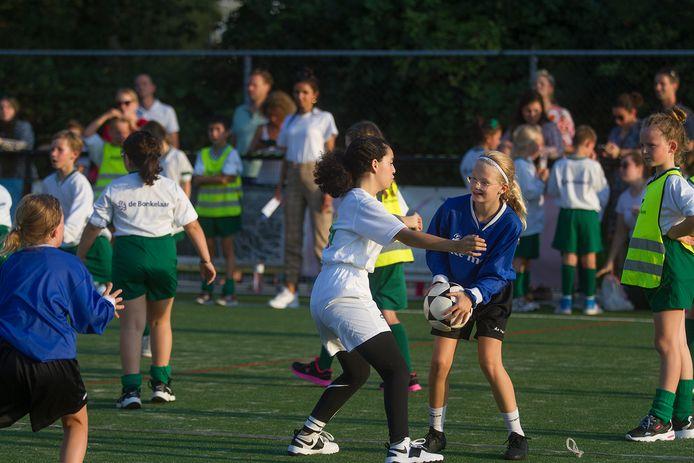 Finalewedstrijden schoolkorfbal kampioenschap in Almelo op veld CKV Achilles. FOTO CAROLIEN NIJZINK