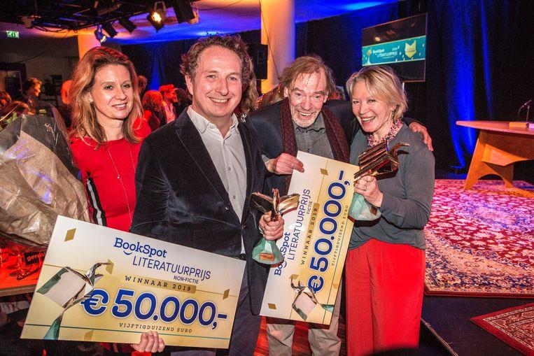 Winnaars van de BookSpot Literatuurprijs, donderdagavond in de Centrale Bibliotheek in Den Haag. Links Sjeng Scheijen, rechts Wessel te Gussinklo. Naast hem juryvoorzitter Winnie Sorgdrager.   Beeld Arie Kievit