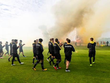 Supporters verrassen NAC-selectie bij laatste training voor derby tegen aartsrivaal Willem II