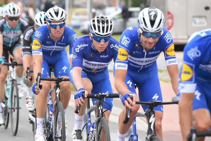 Renner van Deceuninck-Quick Step (met Evenepoel in het midden) tijdens de slotrit.