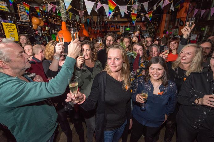Café The Livingroom vierde ruim twee jaar geleden nog het tienjarig jubileum, met eigenaresse Anja Louwerse als stralend middelpunt. Nu wordt de livemuziek in de kroeg in Zwolle aan banden gelegd na klachten uit de omgeving. Muzikanten zijn verbijsterd.