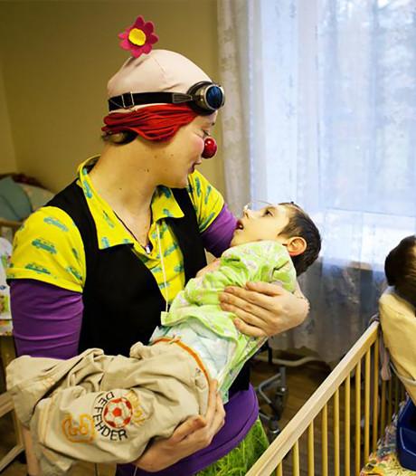 Clown Marleen brengt sprankje vreugde bij mensen in nood: 'Ik hoop de wereld iets mooier achter te laten'