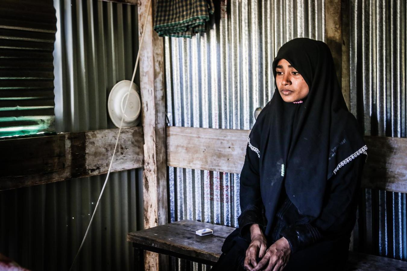 De moeder wiens huilende baby op de vluchtelingenboot door mensenhandelaren uit angst voor de grenscontrole overboord is gegooid