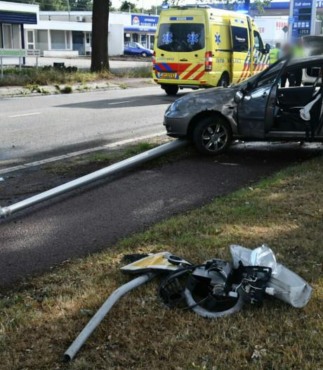 Auto slaat over de kop en raakt lantaarnpaal in Enschede