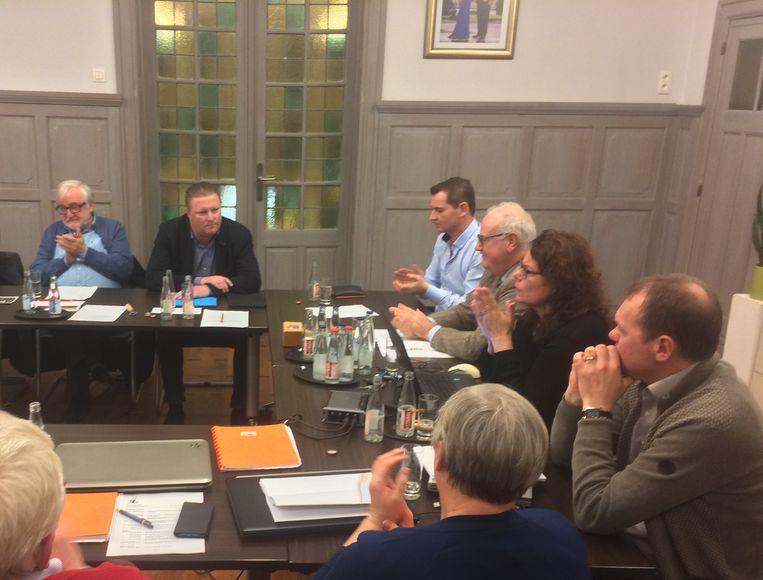 De zetels aan de rechterkant van het schepencollege worden al zes jaar lang ingepalmd door raadsleden Luc Vandamme (links), Koen Bentein (midden) en schepen Frank Gheeraert (rechts). Alleen Koen Bentein blijft aan als oppositieraadslid voor Tope 8920.