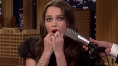 Vreemd: Keira Knightley kan 'Despacito' spelen op haar tanden