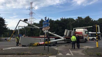 Vrachtwagen ramt verkeersportiek: chaos op Genks kruispunt
