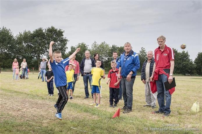 NK Klootschieten jeugd op de baan van KV Lattrop - Breklenkamp