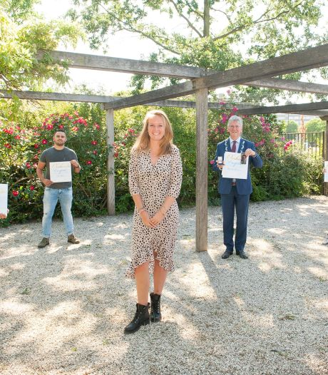Vijf Maassluise helden krijgen erespeld voor redden van Vlaardingse Desiree