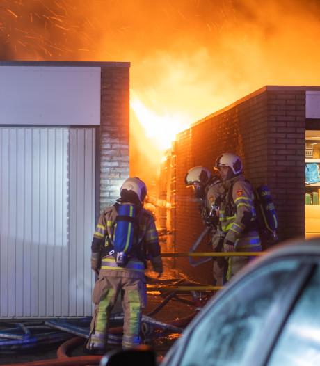 Hoge vlammen uit Woerdense achtertuin