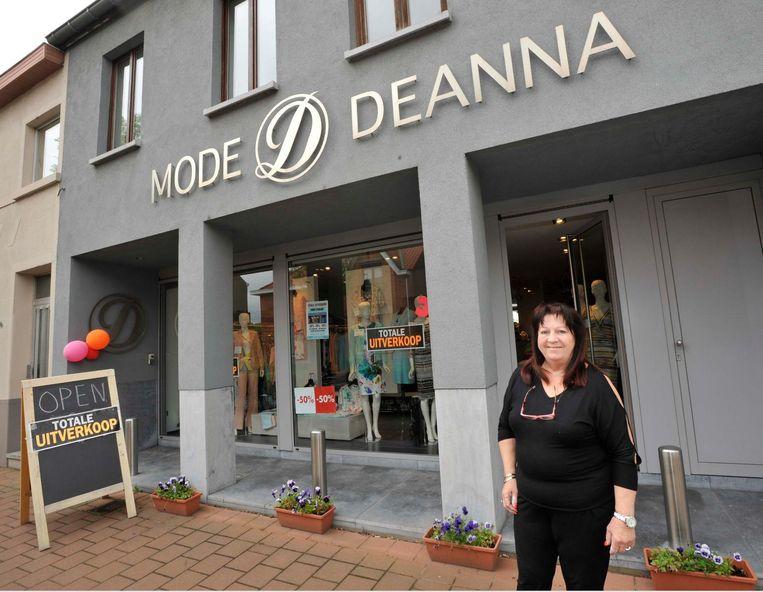 Deanna Rateau voor haar kledingzaak, waar ze een totale uitverkoop houdt.