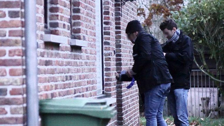 De politie verzegelt het pand na de inval.