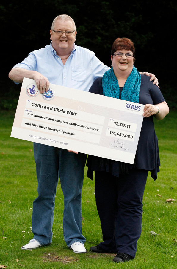 Het echtpaar Weir won de jackpot van maar liefst 161.653.000 Britse pond of ruim 176 miljoen euro.