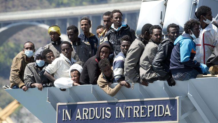 Afrikaanse migranten aan boord van een Italiaans marineschip. Beeld epa