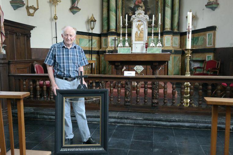 Voorzitter van de kerkfabriek Jozef Maenhout met één van de kaders waaruit een schilderij gestolen werd.