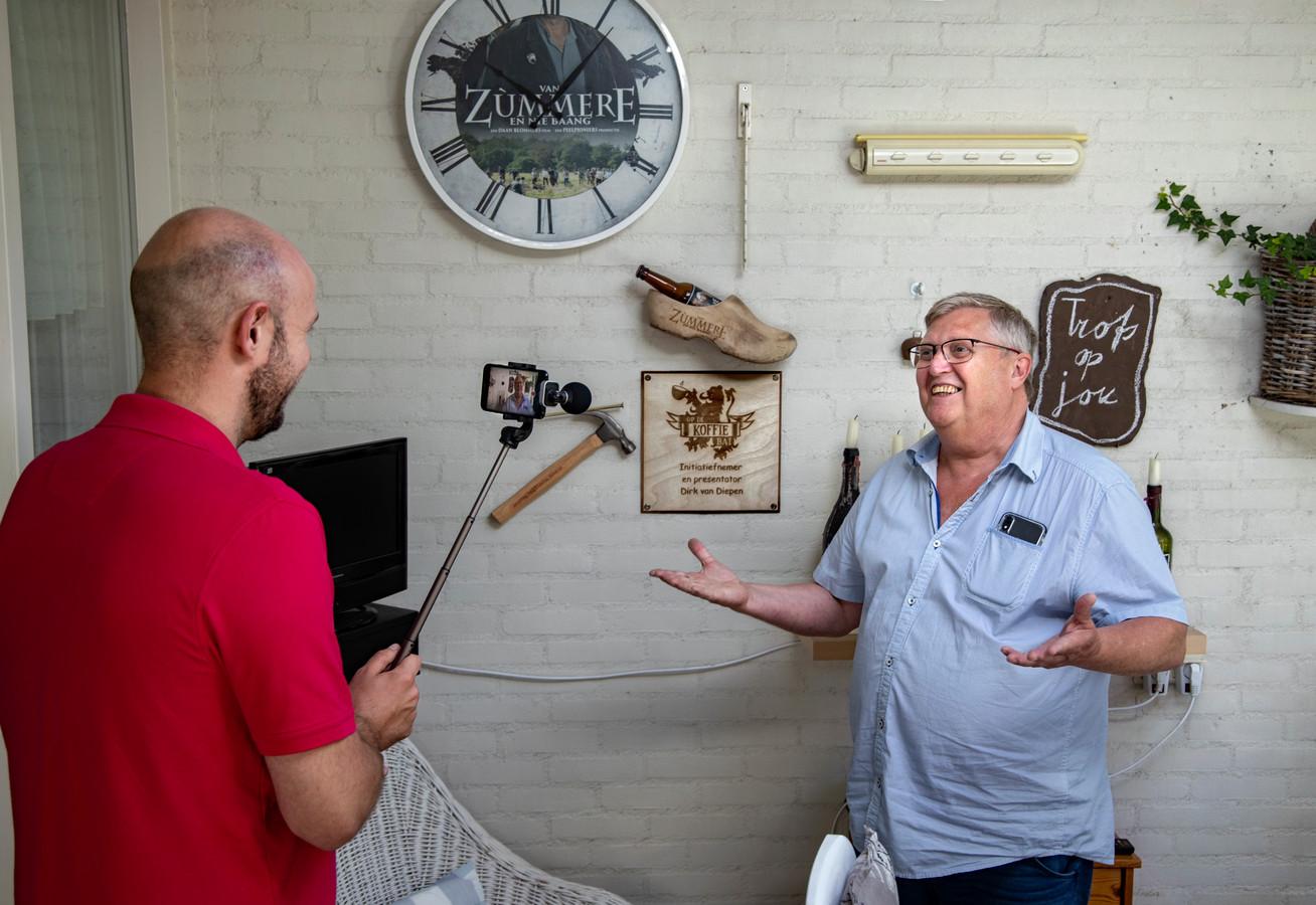 Geert Bukkems filmt Dirk van Diepen. Samen maken ze de filmpjesreeks 'Op de koffie bai...'