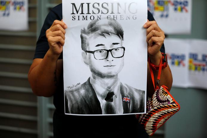 Une femme tient une affiche de Simon Cheng après sa disparition, le 21 août 2019.
