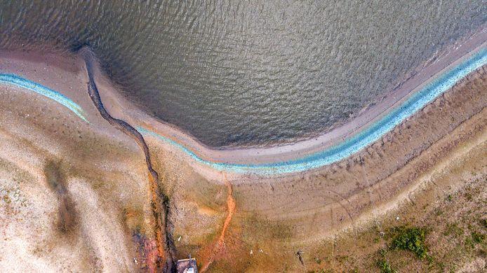 Langs de kant van de Kaliwaal ligt een strook met turkooise kleur.