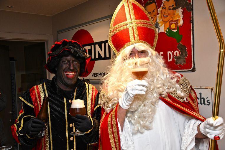 Sint-Maarten en Zwarte Piet kwamen in café d'Oude Timmerie het nieuw Sint-Maartensbier proeven.