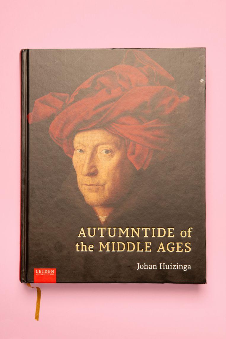 Autumntide of the Middle Ages, de Engelse vertaling van Herfsttij der Middeleeuwen van Johan Huizinga uit 1919. Beeld Studio V