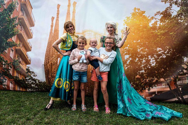 Even poseren met Anna en Elsa van de Disneyfilm Frozen.