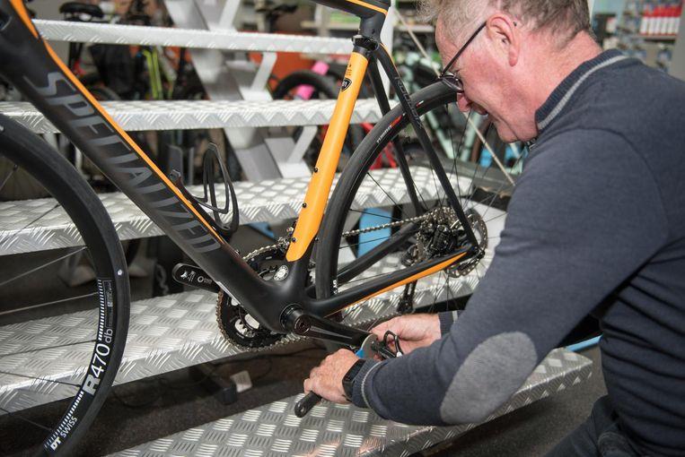 Fietsenleverancier Johan Wannijn monteert twee klikpedalen.