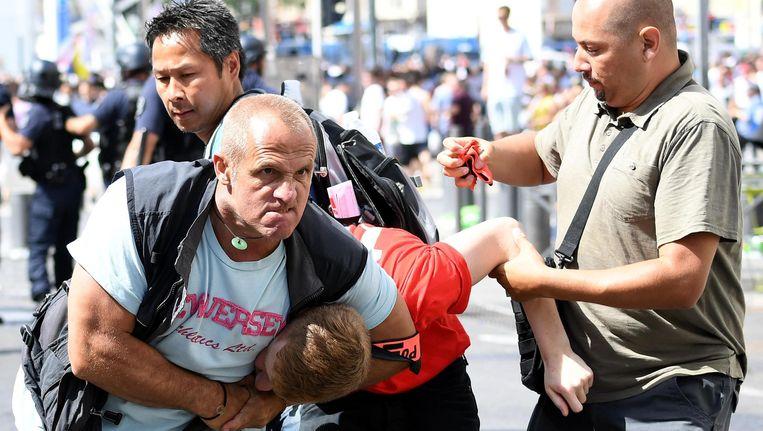 Een man wordt gepakt in Marseille door een agent in burger. Beeld ap