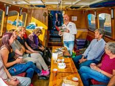 Publiek en dichters genieten van intieme sfeer op Goudse poëzieboot