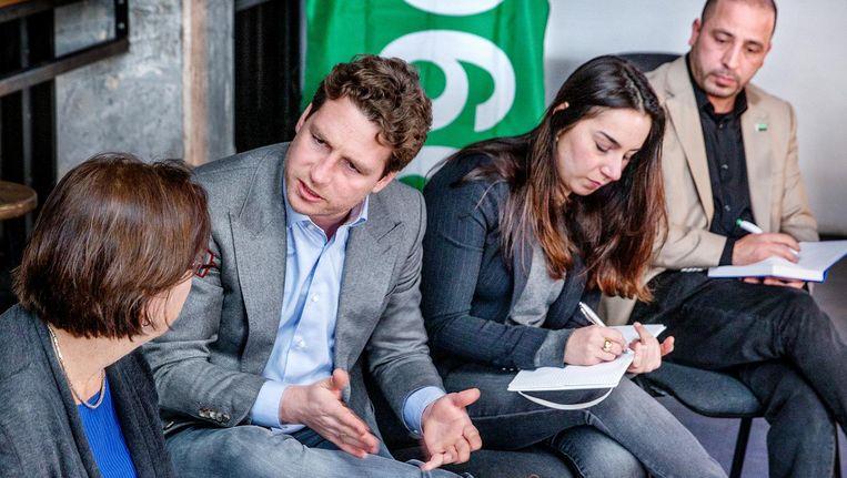 D66-fractievoorzitter Reinier van Dantzig (tweede van links) in gesprek met potentiële kiezers Beeld Jean-Pierre Jans